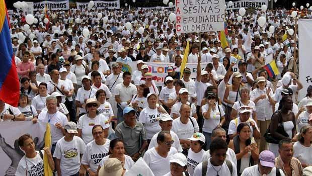 Colombianos protestam contra as Farc nesta terça-feira (6) em Cali (Foto: Reuters)
