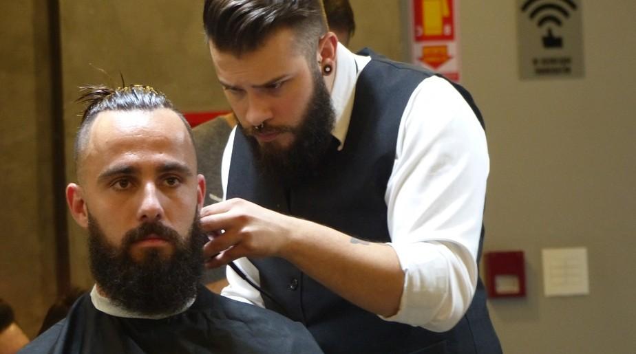 Muito além do visual: com barba, cabelo e defesas, Jandrei assume o gol da Chape