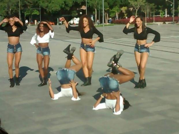 Meninas do Bonde das Maravilhas gravam comercial do VLT no Centro do Rio (Foto: Divulgação)
