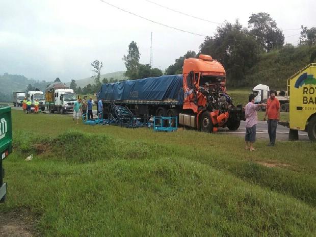 Caminhões seguiam no sentido Jacareí no momento do acidente (Foto: Tamires Gomes/ Vanguarda Repórter)