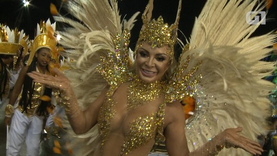 Musa fitness desfila com fantasia minúscula pela Unidos do Peruche