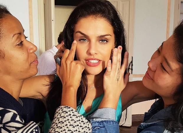 Paloma Bernardi nos bastidores de 'Os Parças' entre Simone Souza e Lua Harumi, responsáveis pela caracterização (Foto: Reprodução/Instagram)