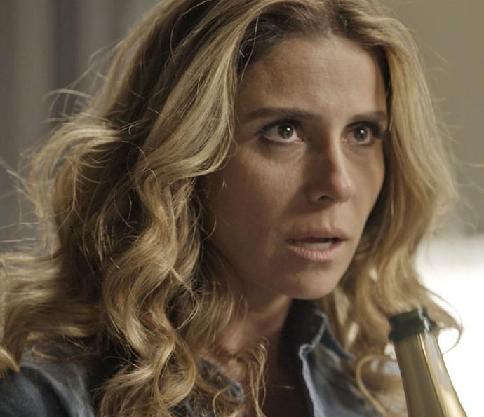 Atena é menosprezada por Romero (Foto: TV Globo)
