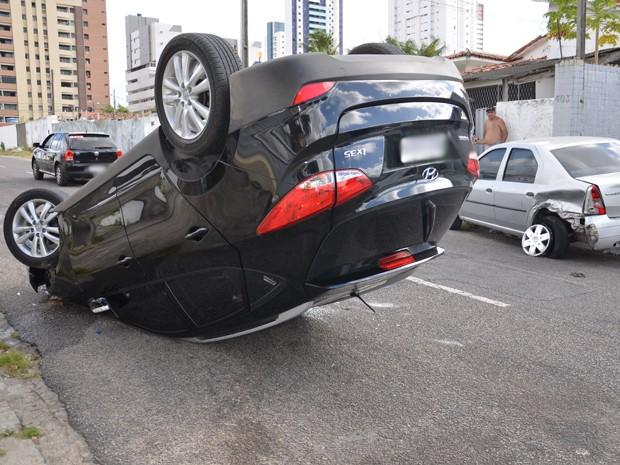 """Um carro capotou na manhã desta segunda-feira (4) quando trafegava pela Avenida XXX, em João Pessoa. De acordo com o Batalhão de Policiamento de Trânsito (BPTran), o acidente aconteceu quando o motorista, médico, se agachou para pegar o celular. """"Foi nesse momento que o carro dele bateu em outro, o que causou o capotamento"""", acrescentou o cabo xxxxx, do BPTran. O cabo Normando informou ainda que o motorista teve a cabeça ferida durante acidente. .  (Foto: Walter Paparazzo/G1)"""