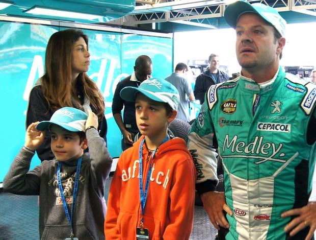 Stock Car - Rubens Barrichello ao lado da esposa e dos filhos no box (Foto: Miguel Costa Jr. / divulgação)