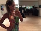 Mayra Cardi faz selfie com look curtíssimo