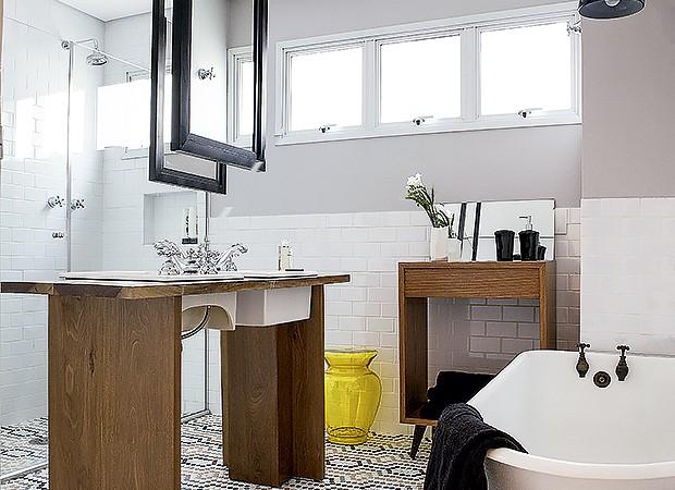 A ilha central deixa o banheiro com um visual diferente (Foto: Lufe Gomes/ Editora Globo)