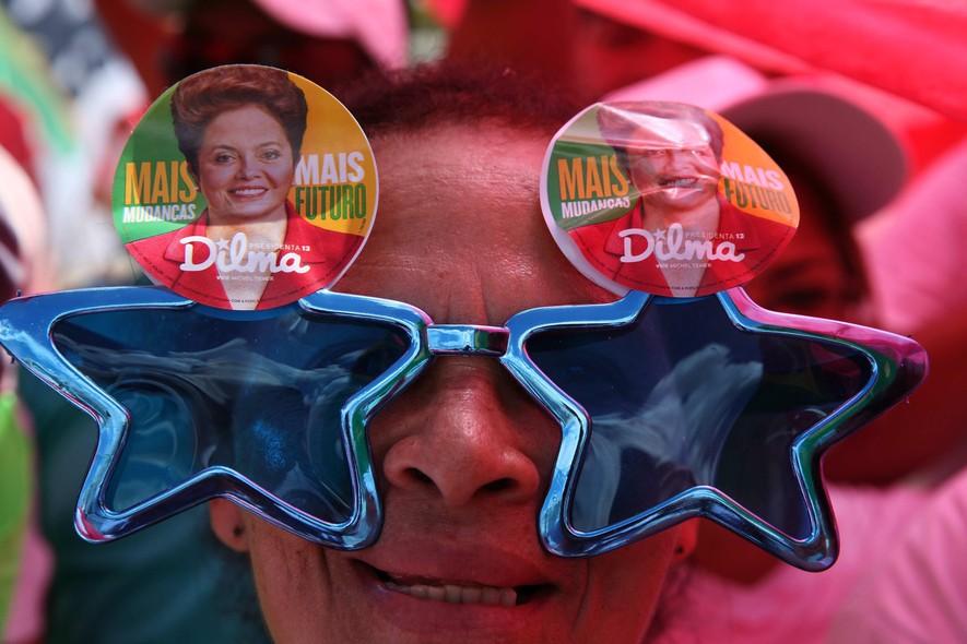 Seguidores da presidente Dilma Rousseff chamam atenção com adereços durante a posse do segundo mandato da petista