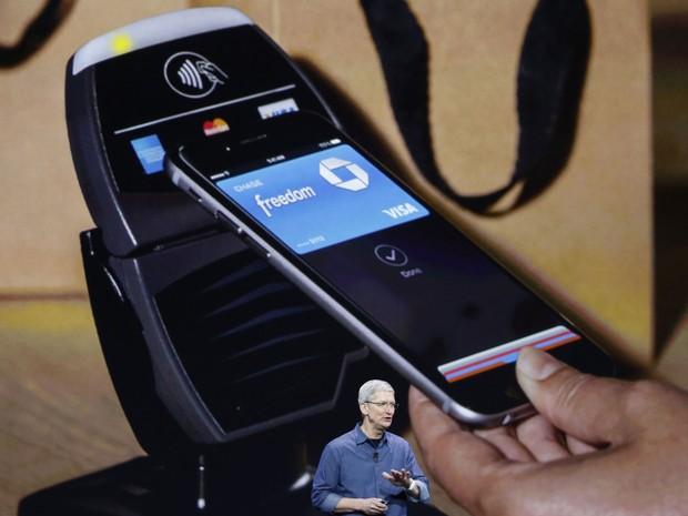 Tim Cook, CEO da Apple, apresenta o meio de pagamento da empresa, o Apple Pay. (Foto: Reprodução/Apple)