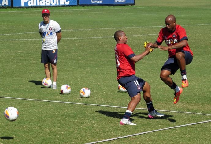 Atacante Walter e zagueiro Christián Vilches do Atlético-PR (Foto: Fernando Freire)