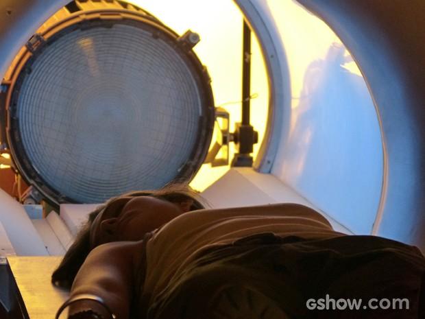 Lili pronta para passar pela máquina da felicidade (Foto: Além do Horizonte/TV Globo)