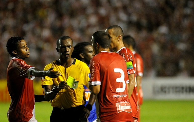 Náutico fica na bronca com arbitragem de Luís Flávio de Oliveira (Foto: Aldo Carneiro / Pernambuco Press)