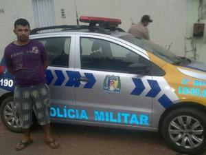 Antônio Pereira da Silva foi preso por porte ilegal de arma e receptação, em Araguaína (Foto: Polícia Militar/Divulgação)