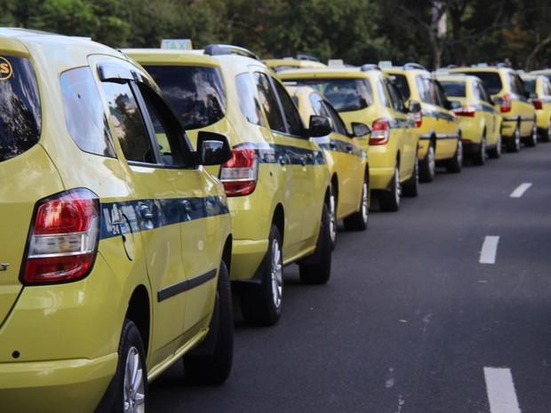 Taxistas realizam protesto contra o aplicativo Uber no Aterro do Flamengo, no Rio de Janeiro. Os manifestantes estão concentrados no monumento em homenagem aos pracinhas (Foto:  José Lucena/Futura Press/Estadão Conteúdo)