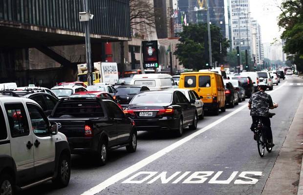 Trânsito lento com faixa exclusiva para ônibus congestionada de carros na Avenida Paulista, em São Paulo  (Foto: Renato S Cerqueira/Futurapress)