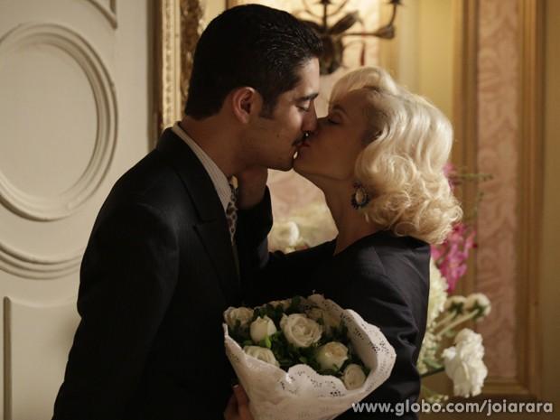 Miguel Rômulo e Mariana Ximenes gravam cena de beijo (Foto: Fábio Rocha/TV Globo)