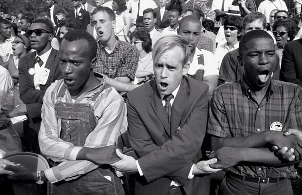 1963 Negros e brancos  de mãos dadas,  na Marcha por Trabalho e Liberdade (Foto:  AFP)