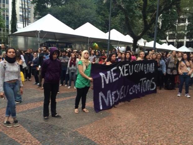 Cerca de 300 pessoas participaram de protesto contra ação policial (Foto: Jonas Campos/RBS TV)