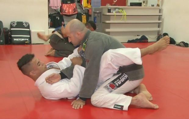 Lutador Rhayann Nascimento (de branco) treina para campeonto brasileiro de jiu-jitsu (Foto: Bom Dia Amazônia)