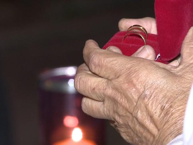 Mãe de Santo abeçoou aliança do casal  (Foto: Reprodução / TV Tribuna)