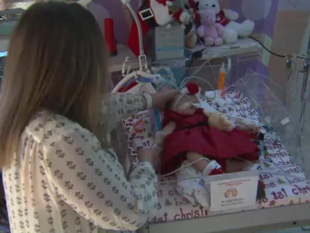 Teegan Lexcen nasceu em agosto com defeitos raros no pulmão e coração; cirurgia planejada com ajuda de óculos foi bem sucedida e garota respira sem ajuda de aparelhos (Foto: CNN)