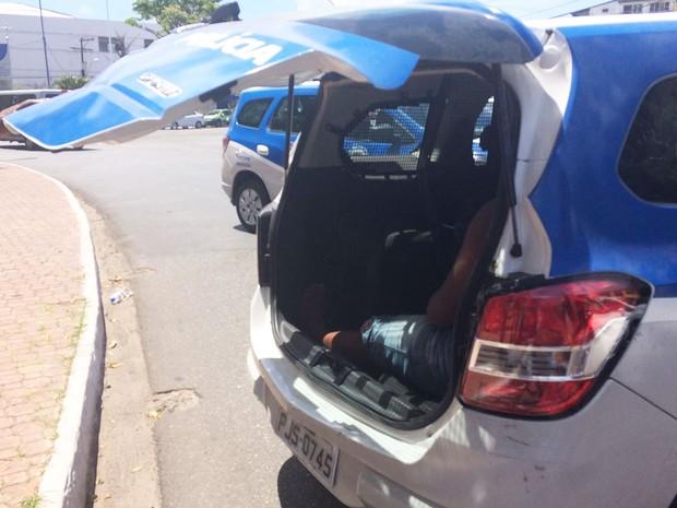 Suspeito preso no Largo de Roma, em Salvador (Foto: Henrique Mendes/G1)