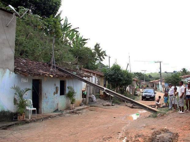 Ônibus bate em poste e cai em cima de casa (Foto: Marcello Dial/ Site Voz da Bahia)