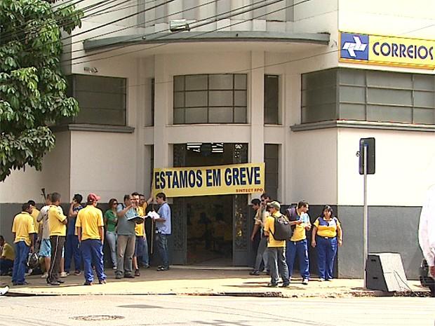 Grupo de trabalhadores protestou na agência central dos Correios em Ribeirão Preto (Foto: Ronaldo Gomes/EPTV)