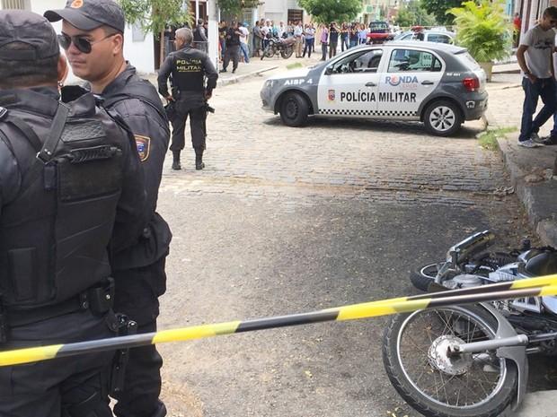 PM foi morto em frente a um mercadinho no bairro de Lagoa Nova; motocicleta do sargento ficou no chão (Foto: Filipo Cunha/Inter TV Cabugi)