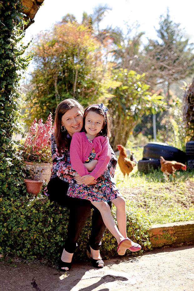 Jessica Cleim e a filha, Julia, 5 anos, comemoram a nova vida graças ao coração recebido (Foto: Raoni Maddalena / Ed. Globo)