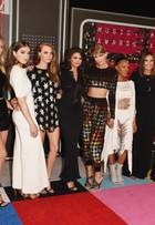 Taylor Swift usa top curtinho em tapete vermelho de premiação musical