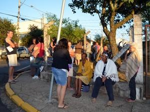 Primeiros da fila chegaram no posto de saúde de Piracicaba às 5h   (Foto: Fernanda Zanetti/G1)