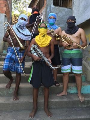 Jovens de grupo musical do Morro do Turano seguram instrumentos no lugar de armas   (Foto: Anderson Valentim/Projeto Favelagrafia)