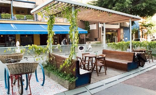 Parklet da Soul Urbanismo. Estrutura pode servir como mesa para refeições e bicicletários (Foto: Divulgação)