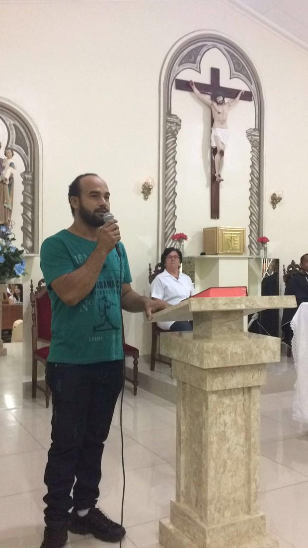 O ator Fabio fazendo sua homenagem ao ator Domingos Montagner (Foto: Arquivo Pessoal)