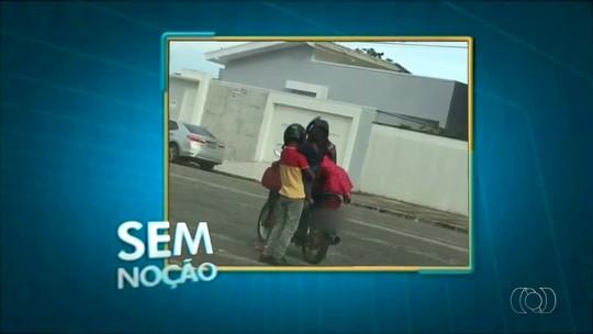 Mulher é flagrada levando quatro crianças em motocicleta; veja vídeo