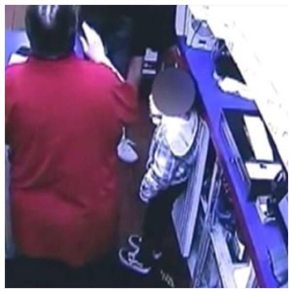 As imagens das câmeras de segurança mostram a avó salvando o neto  (Foto: Reprodução ABC)