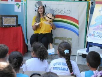 Voluntária conta a história do Menino Maluquinho para estudantes do colégio Padre José Anchieta (Foto: Divulgação/Prefeitura de Umuarama)