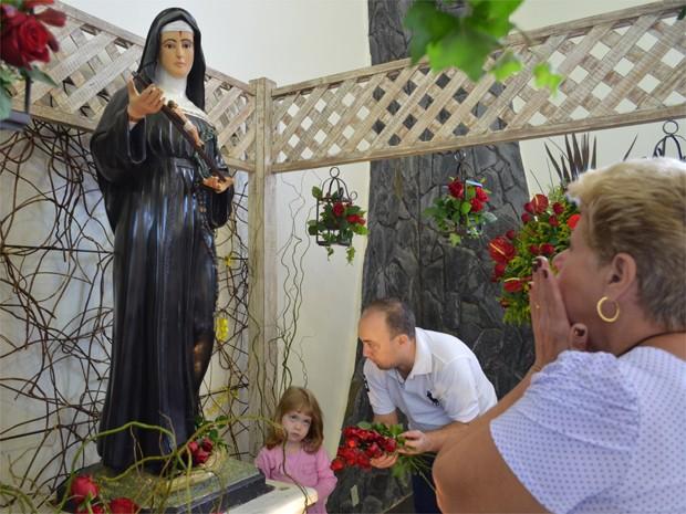 Fiéia agradecem Santa Rita de Cássia (Foto: Luara Gallacho/G1 Ribeirão)