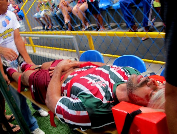Showbol Marcelo Barbosa, do Fluminense, leva a pior em dividida de cabeça e sai do ginásio de ambulância (Foto: Flávio Dilascio / Sportv.com)