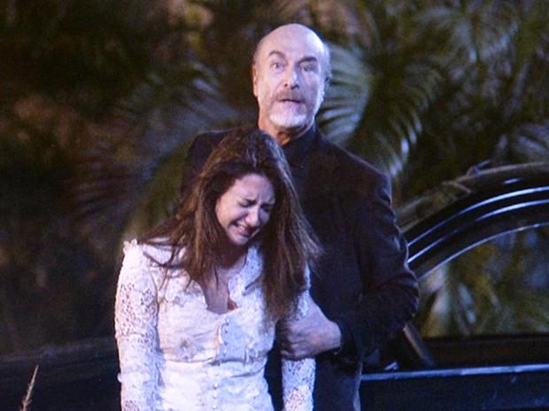 Heideguer faz Jade de refém (Foto: TV Globo)