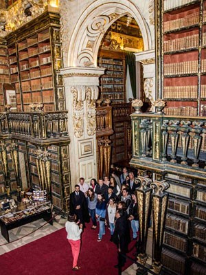 Orion Júnior, depois de sonhar com a biblioteca da Universidade de Coimbra, conhece o espaço na sessão de acolhimento. (Foto: Arquivo pessoal)