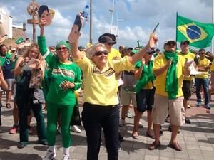 Manifestantes no Farol da Barra, em Salvador (Foto: Juliana Almirante/G1)