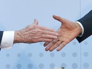 O presidentes Raúl Castro e Barack Obama dão aperto de mão em encontro na Cúpula das Américas, no Panamá, na primeira reunião bilateral entre Cuba e EUA em 50 anos (Foto: Mandel Ngan/AFP)