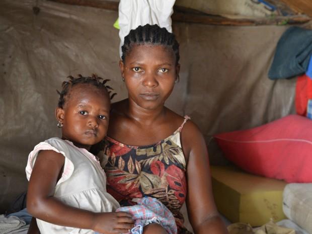 Foto de 30 de junho mostra Delimene Saint Lise com sua filha Gisline, de 2 anos, que foi infectada pelo vírus chikungunya em Porto Príncipe, no Haiti (Foto: AP Photo/David McFadden)