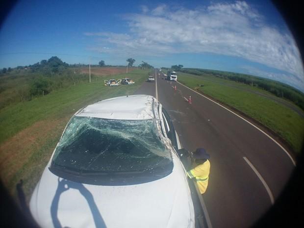 Veículo teria capotado após  (Foto: Reprodução / Divulgação)
