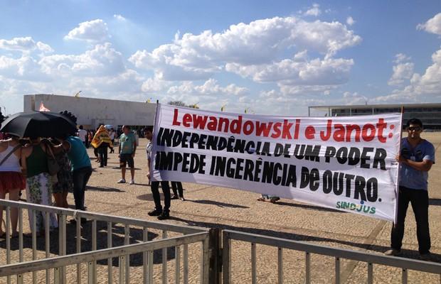 Servidores estendem faixa durante manifestação diante do prédio do STF (Foto: Felipe Néri/G1)