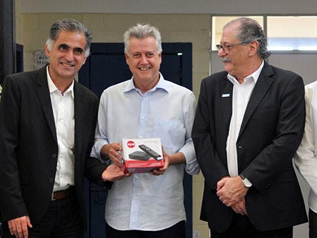O governador Rodrigo Rollemberg entre o diretor de projetos especiais da TV Globo, André Dias (esq.), e o presidente da Fibra, Jamal Jorge Bittar  (Foto: Tony Winston/Agência Brasília)
