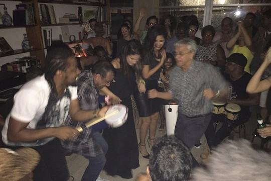 Caetano, animadíssimo, na noite de quarta-feira, na festa na casa de Paula Lavigne (Foto: Reprodução Instagram)