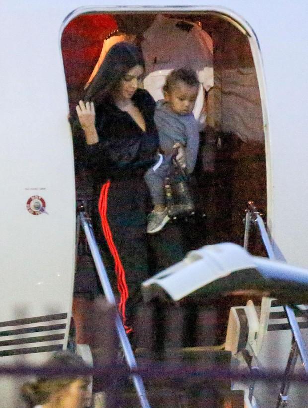 Kim Kardashian com o filho, Saint West, em Los Angeles, nos Estados Unidos (Foto: Grosby Group/ Agência)